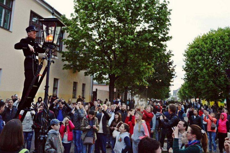 Зажжение фонарей в Бресте