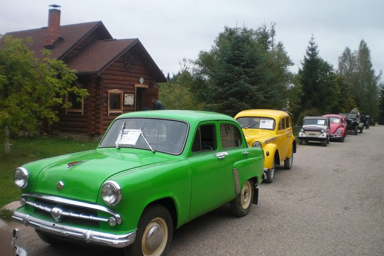 Старинные автомобили в Дудутках