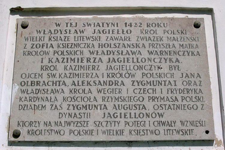 Надпись на стене Костела — здесь венчался король Ягайло в 1422 г.